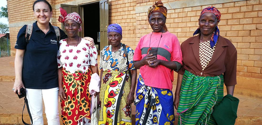 Marian Álvarez con las abuelas de Nyumbani Village.
