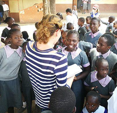La periodista Ana Gómez Parra, de El Confidencial, con niños del colegio Saint John.