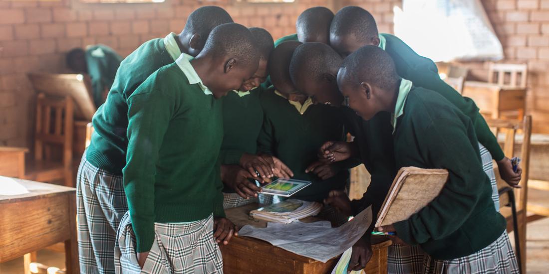 Niños de la HotCourses Primary School (Nyumbani Village) con una de las tabletas en clase (Ismael Martínez Sánchez).