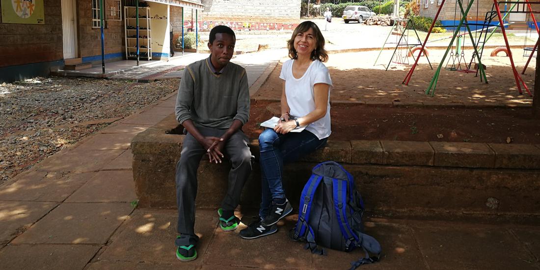 Rosa Mª Bosch, periodista de La Vanguardia, entrevistando a un joven de Nyumbani Home.