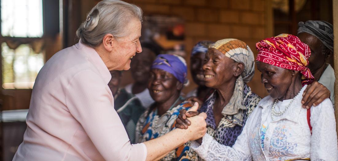 Sister Mary Owens saludando a las abuelas de Nyumbani Village (Ismael Martínez Sánchez).