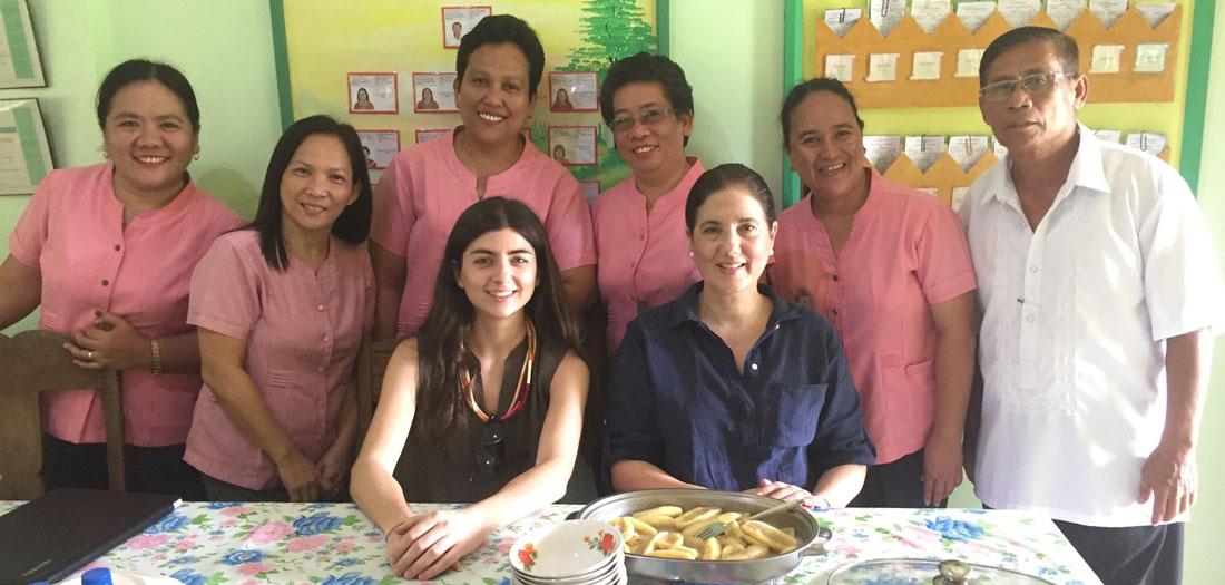 En el centro de la fotografía, María Lacadena y Valentina Ríos, miembros del equipo de Operaciones de ProFuturo, tras ser recibidas por los docentes y directores Libertad Elementary School enOdiongan, Romblon.